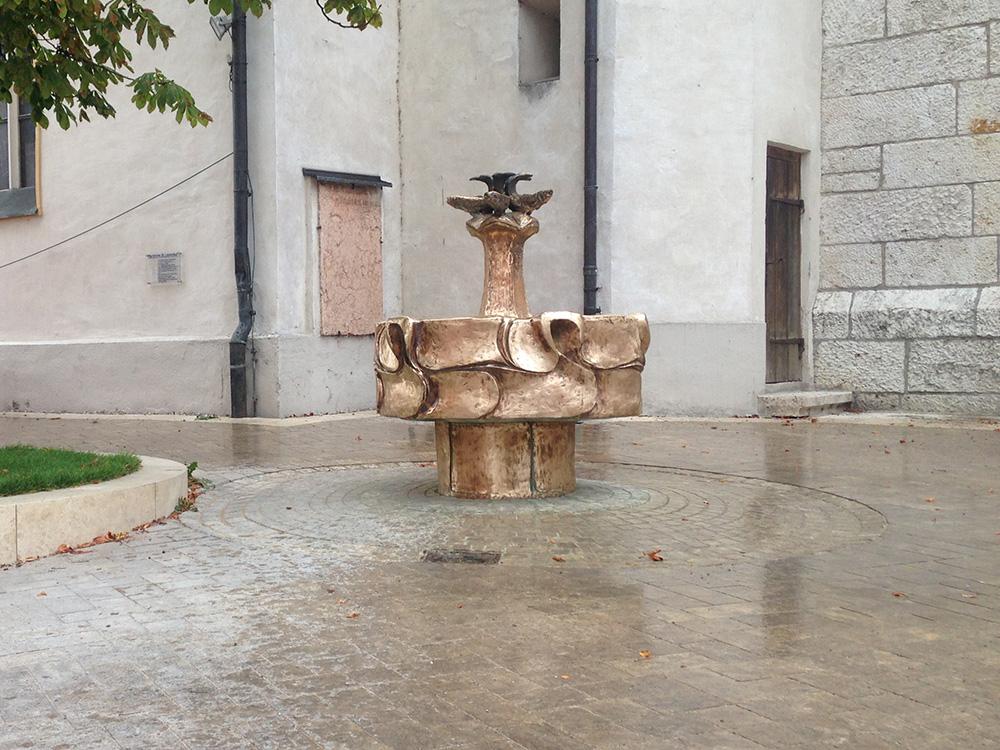 Der-von-Kalk-befreite-Bronzebrunnen-am-Kirchplatz - Kopie